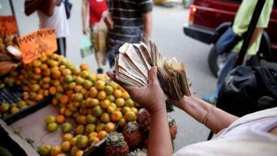 El calvario de los venezolanos: de la montaña de billetes y al