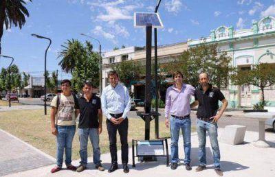 Bucca presentó el primer cargador solar de celulares de uso público