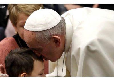 Papa: con la humildad de María y José contemplemos al Niño Dios inerme que vence los poderes de la tierra