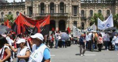 Estatales marcharon a plaza Independencia por el bono navideño