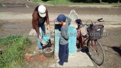 Desde hace 15 años, vecinos buscan agua potable en una canilla pública