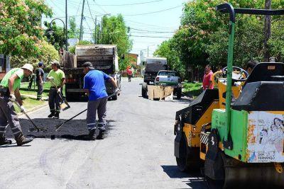 Andreotti recorrió obras de asfalto en los barrios Hardoy, La Paz y Héroes de Malvinas