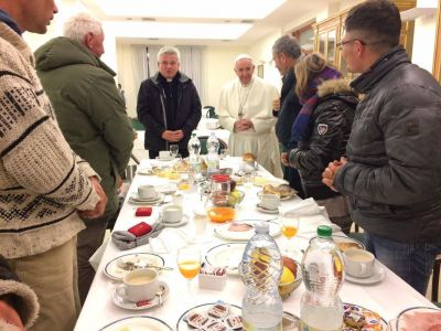 El Papa desayunó con 8 personas sin hogar