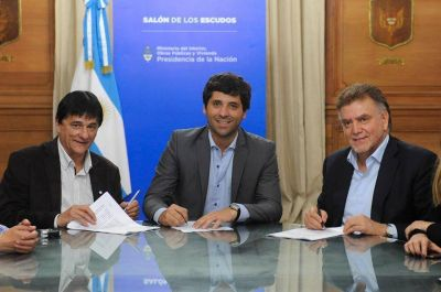 Gasparini junto a De Luca firmó un convenio de hábitat