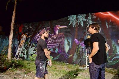 El reconocido artista Martín Ron pintó el mural de la Plaza del Bicentenario