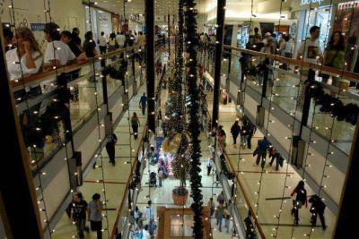 Navidad: por la inflación, siete de cada diez argentinos comprarán menos regalos