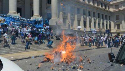 La Muni multó a sindicatos y a un partido político por cortar calles y usar pirotecnia