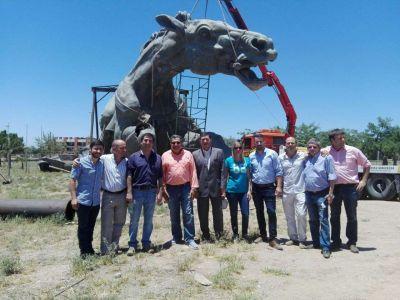 El gobernador Casas visitó la obra del monumento a Juan Facundo Quiroga