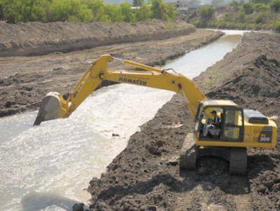 Trabajan en el encauce de ríos para evitar problemas durante la temporada