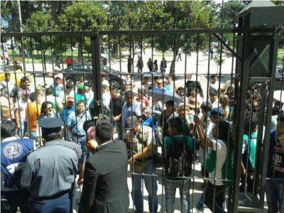 LA INTERSINDICAL MARCHÓ A CASA DE GOBIERNO Y PIDIÓ UNA AUDIENCIA CON MORALES