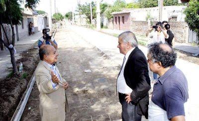 El Intendente Infante visitó la obra de pavimento que se ejecuta en el barrio 8 de Abril