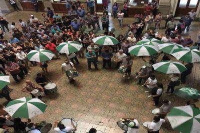 Trabajadores municipales protestaron en el hall de la comuna y lograron llegar a un acuerdo