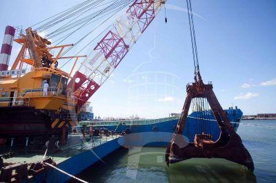 Provincia reconoce demoras en la obra de dragado del Puerto