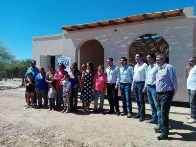 Casas y la senadora Hilda Aguirre de Soria entregaron viviendas rurales