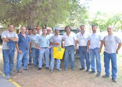 Trabajadores del SIPOS con bolsas navideñas cargadas de sueños