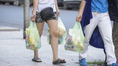 Chau bolsas de plástico: desde hoy ya no podrán entregarlas en los súper de Capital
