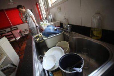 Hartazgo vecinal en un barrio de Los Hornos por la falta de agua en jornadas agobiantes