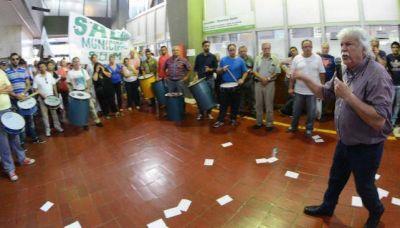Municipales amenazan con esperar a Mestre de las vacaciones con un paro