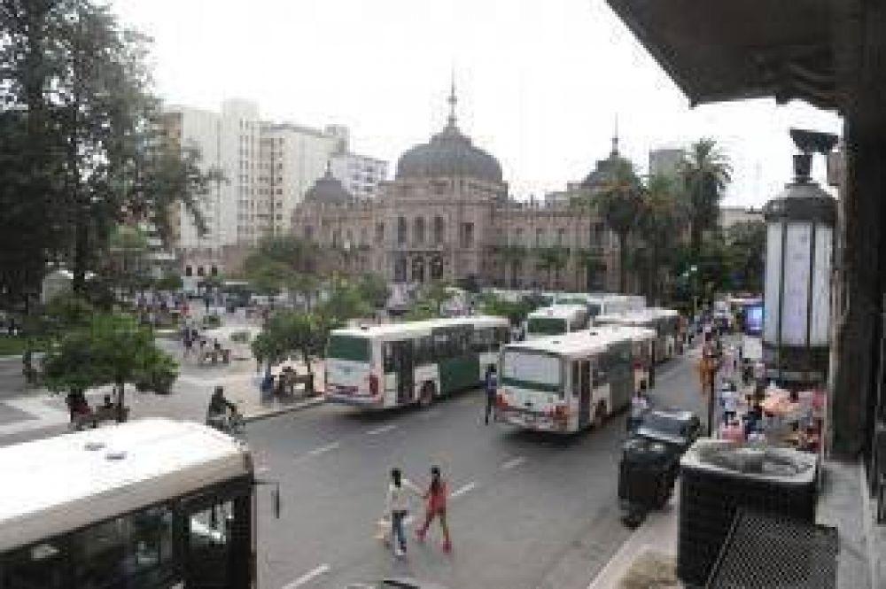Los choferes de la línea 11 coparon plaza Independencia