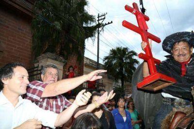 Camau Espínola en la festividad del Gauchito Gil junto al intendente de Mercedes, Víctor Cemborain