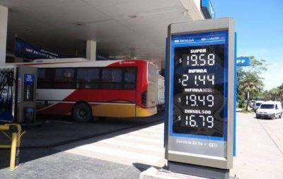 Estaciones mantienen los precios de combustibles pero se preparan para remarcar
