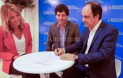 Firman convenio para construir viviendas en Barranquitas
