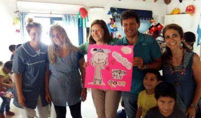Juan Curuchet y Mercedes Morro repartieron juguetes entre los mas bajitos
