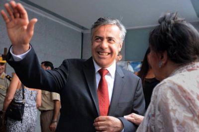 Cornejo va a Cuba y vuelve por Macri