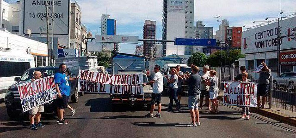 Feriantes y vecinos de Gerli protestaron frente a la Municipalidad