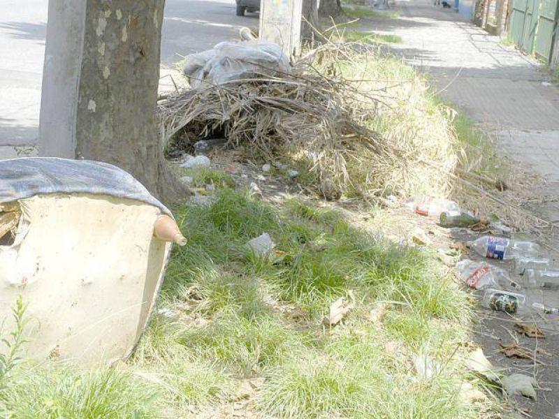 Queja por vecinos que arrojan basura