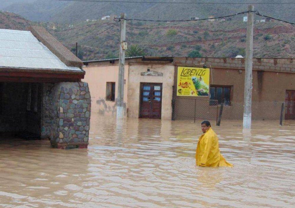 Un aluvión dejó dos muertos y más de mil evacuados