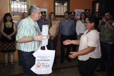 Passalacqua entregó títulos de propiedad en Iguazú