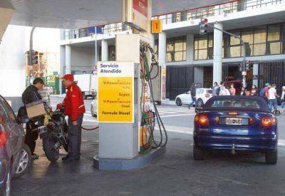 Las competidoras de YPF pelean el mercado de naftas desde el precio