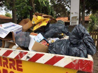 """Vecinos denuncian una """"montaña de basura"""" a metros de la costanera"""