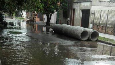 Casas que se hunden y desagües a la espera