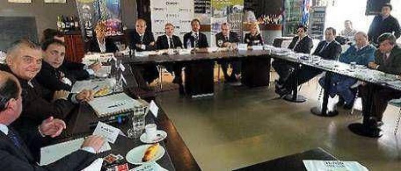 Scioli (con $ 5 mil millones de déficit) prometió soluciones a intendentes