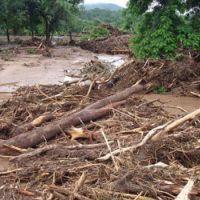 Un aluvión mató a dos personas y dejó cortada la 51