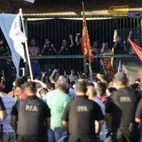 Trabajadores de AGR protestan por despidos y chocan con la Policía
