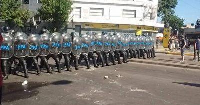 Reprimieron e intentaron desalojar a los trabajadores de AGR-Clarín