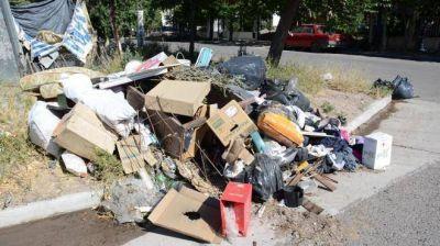 Basura acumulada y falta de mantenimiento en las plazas del barrio Sapere