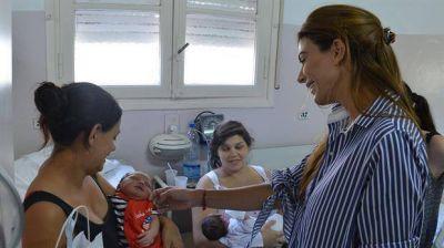 Juliana Awada visitó la maternidad Santa Rosa en Vicente López