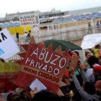 """Cientos de marplatenses reclamaron """"más playas públicas"""" en la ciudad"""