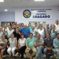 """Militantes de la Agrupación """"Felipe Vallese"""" de Chivilcoy en un encuentro seccional en Bragado"""
