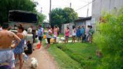 Junto al Ejército Argentino, Municipalidad de La Plata hace operativo para mitigar falta de agua en un barrio
