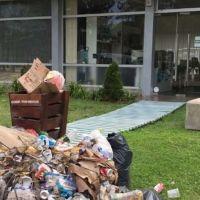 Juntaron la basura de la playa y la tiraron en la puerta de la municipalidad