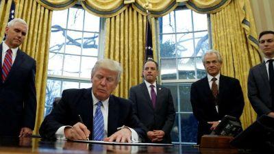 Donald Trump firma más decretos y quita a EE.UU. del acuerdo de libre comercio con Asia