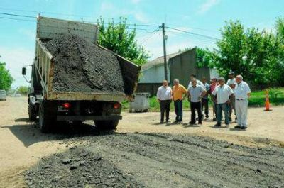 Britos recorrió obras de piedra caliza y cordón cuneta en Moquehuá