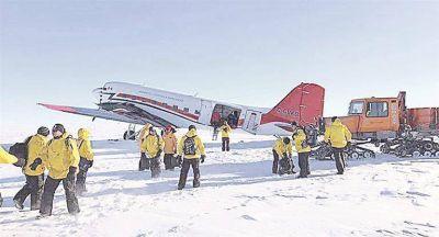 Usan avión alquilado para sacar la basura antártica