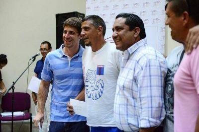 Juan Andreotti entregó un subsidio a las murgas de San Fernando