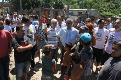 Ferraresi recorrió el barrio Villa Inflamable junto a cientos de vecinos
